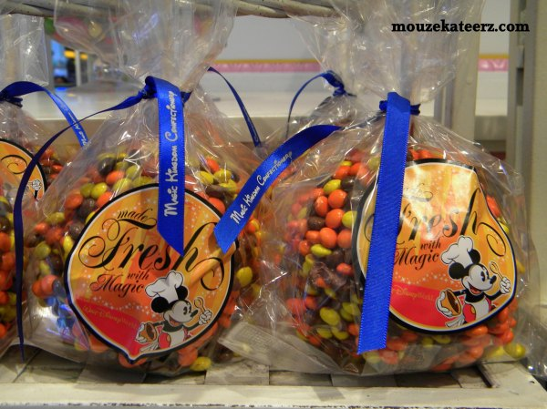 Mickey Mouse candy apple, mickey mouse caramel apple mickey mouse snacks, disney recipies, mickeymouse recipies