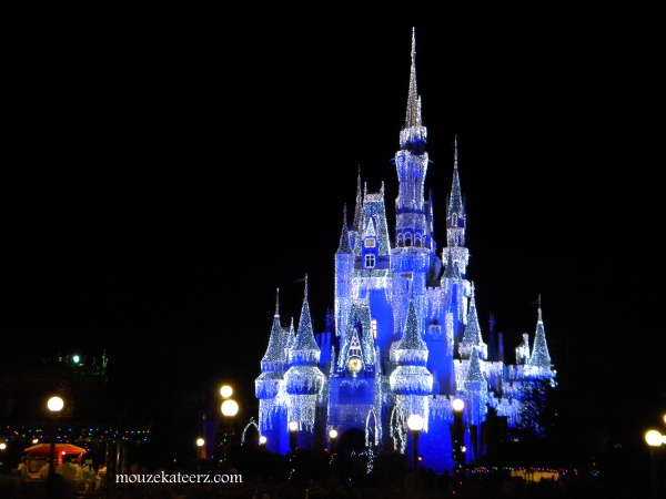 Castle Dreamlights, Disney at night, Disney Christmas at night, Disney Christmas castle, Disney Christmas vacation, planning Disney vacation at Christmas, Disney Cinderella Castle at Christmas