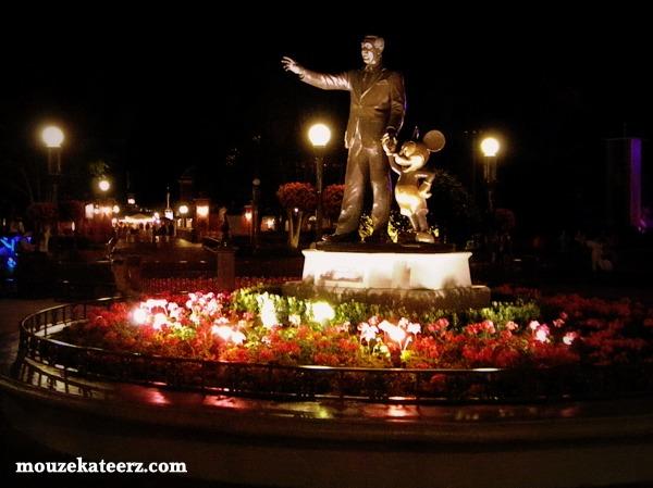 Walt Disney, Walt Disney statue, Mickey Mouse photo, Mickey Mouse statue, Main Street statue
